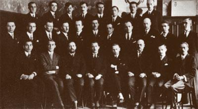 Учредительный съезд ОУН. Коновалец — по центру в нижнем ряду.